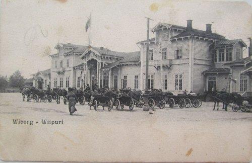 город Выборг,железнодорожная улица, дом 8. Здание старого деревянного Выборгского вокзала и извозчики перед ним. Фото конца XIX века.
