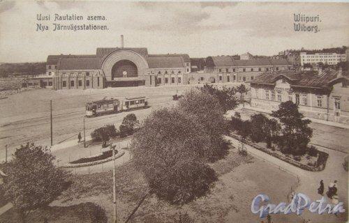 Одноэтажное здание «Hotel Central» и вид на новое каменное здание Выборгского железнодорожного вокзала. Фото ориентировочно 1913-1915 годов