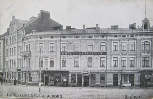 город Выборг, здание гостиницы «Continental», находивееся напротив старого деревянного Выборгского вокзала.