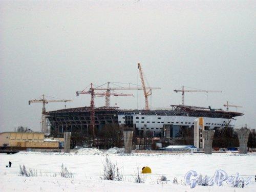 Ул. Южная дорога, дом 25. Вид со стороны ТРК «PiterLand» на строительство стадиона. Фото 8 января 2015 г.