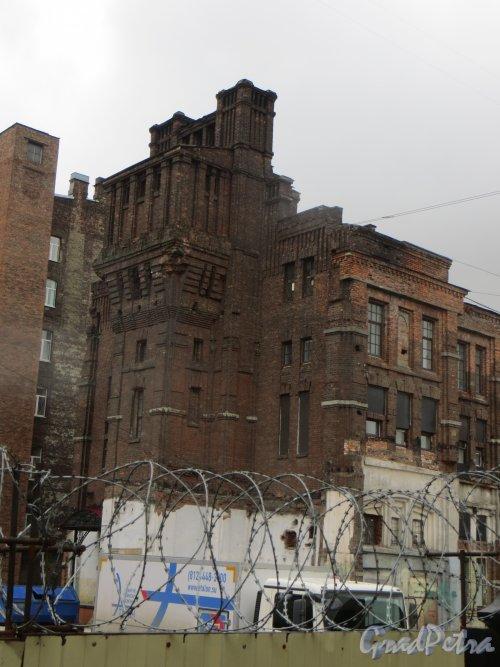 Малая Митрофаньевская улица, дом 4, литера Л. Общий вид главного здания Первого механического хлебозавода. Фото 17 апреля 2015 года.