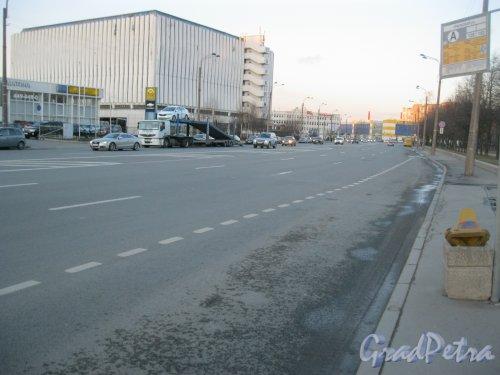 Уральская ул. Вид от автобусной остановки в сторону пр. КИМа. Фото 17 апреля 2015 г.