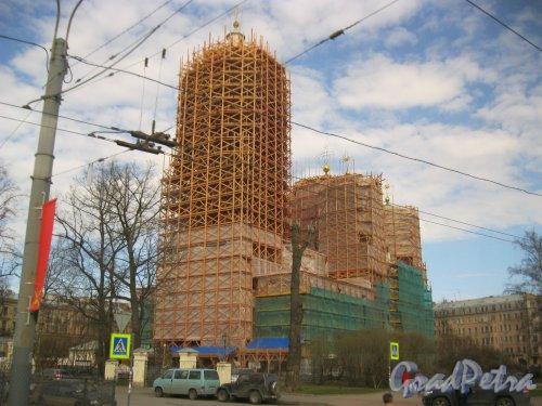 Ул. Блохина, дом 26. Вид на реставрируемое здание Князь-Владимирского собора из окна проезжающего мимо трамвая. Фото 27 апреля 2015 г.