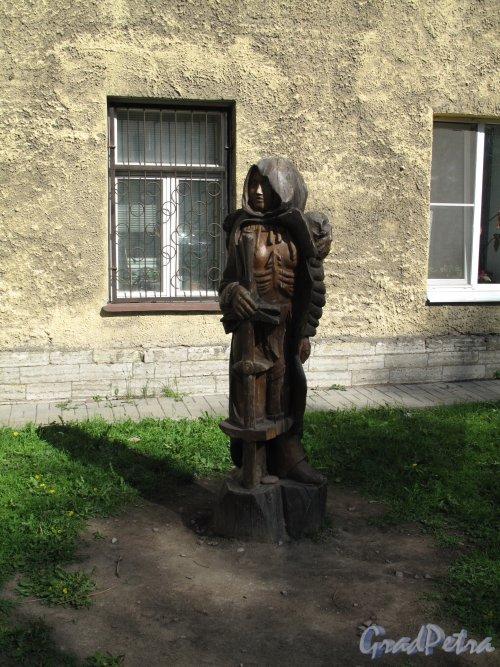 Ул. Некрасова, д. 19. Детская площадка перед Детским садом в западе. Композиция «Юный Рыцарь». фото май 2014 г.