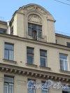 9-я Советская улица, д. 9 / Суворовский пр., д. 30. Оформление фронтона по Суворовскому пр. Фото июнь 2014 г.