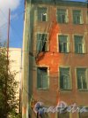 Улица Мира, дом 36, литера А. Фрагмент стены лицевого флигеля со стороны дома №34 по улице Мира. Фото 8 сентября 2014 года.