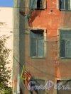 Улица Мира, дом 36, литера А. Трещина на лицевом фасаде со стороны брандмауэра. Фото 8 сентября 2014 года.