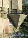 город Ломоносов, Еленинская улица, дом 26 / улица Ломоносова, дом 13. Фрагмент фасада с номером здания. Фото 18 сентября 2015 года.