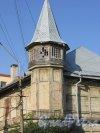 город Ломоносов, Еленинская улица, дом 26 / улица Ломоносова, дом 13. Угловая башня, общий вид. Фото 18 сентября 2015 года.