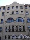 Ул. Всеволода Вишневского, дом 10. Центральная часть фасада жилого дома Б.Я. Купермана. Фото 25 апреля 2011 года.
