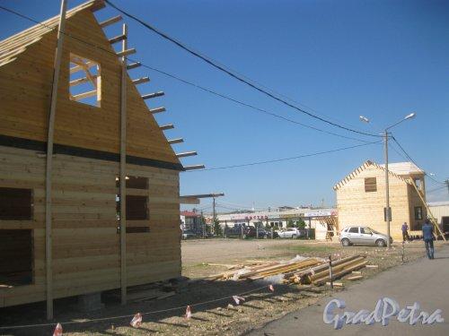 Ул. Маршала Казакова, дом 35. Рынок «Юнона». Территория, где раньше стояли контейнеры и теперь строятся дома на продажу. Фото 30 мая 2015 г.