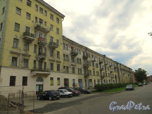 город Кронштадт, Красная улица, дом 8, корус 1. Фасад здания вдоль Красной улицы. Фото 22 июня 2015 года.