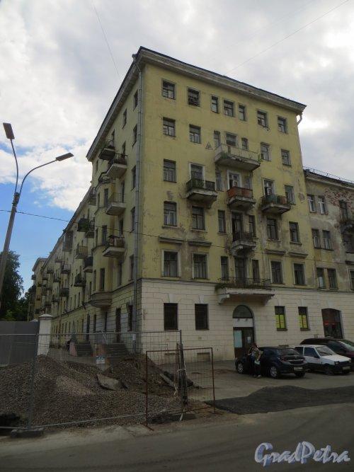 город Кронштадт, Красная улица, дом 8. Фасад жилого дома вдоль Петровского оврага. Фото 22 июня 2015 года.
