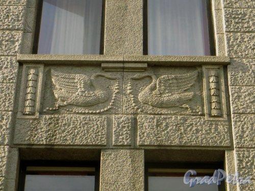 Большая Морская улица, дом 3-5 (правая часть, дом 3). Барельеф «Лебеди» между окнами второго и третьего этажа над аркой. Фото 18 марта 2015 года.