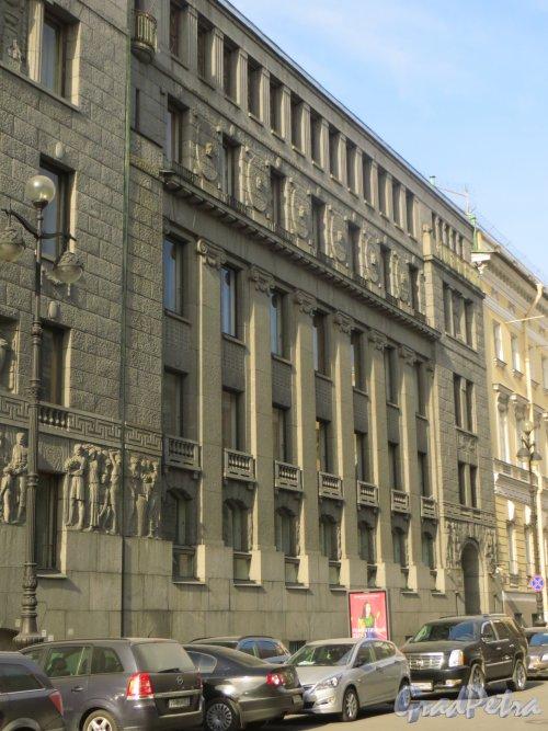 Большая Морская улица, дом 3-5 (правая часть, дом 3). Общий вид здания со стороны Невского проспекта. Фото 18 марта 2015 года.