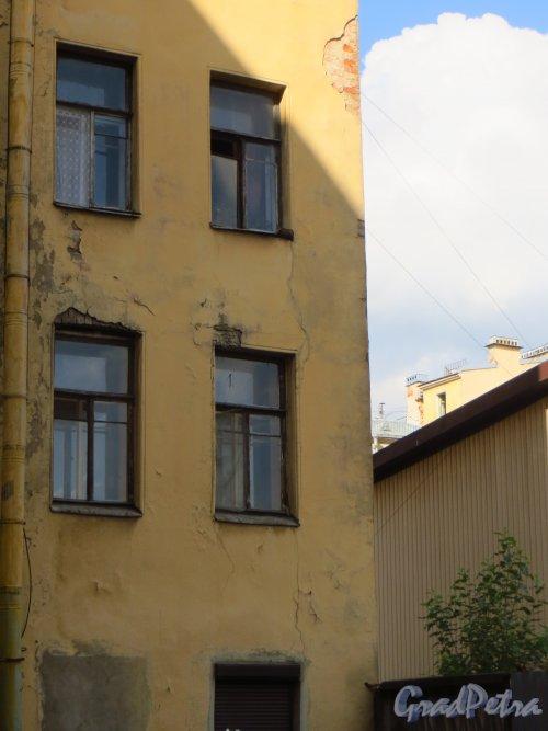 улица Мира, дом 35, литера А. Трищины на фасаде лицевого корпуса на фасаде со стороны двора до строительства нового жилого дома на соседнем участке (дом 37). Фото 8 сентября 2014 года.