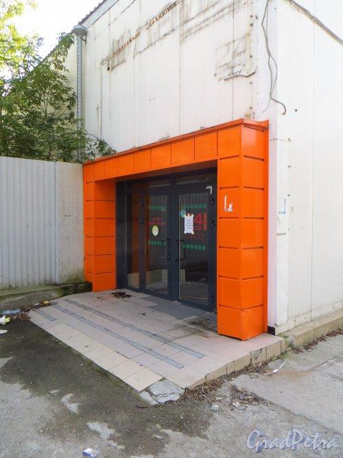 улица Мира, дом 37, литера А. Вход в закрытый продовольственный магазин «Лайм» со стороны улицы Котовского. Фото 8 сентября 2014 года.