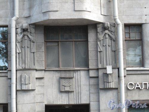 ул. Некрасова, дом 60 / Греческий пр., дом 10-12.жилой комплекс Бассейного товарищества собственных квартир. Скульптурное оформление окон 2-го этажа. Фото июль 2014 г.