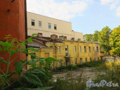 Улица Мира, дом 36, литера А. Дворовый двухэтажный флигель. Фото 8 сентября 2014 года.