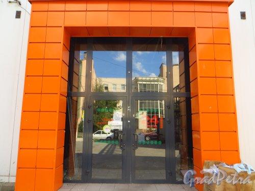 улица Мира, дом 37, литера А. Вход закрытый продовольственный магазин «Лайм» со стороны улицы Котовского. Фото 8 сентября 2014 года.