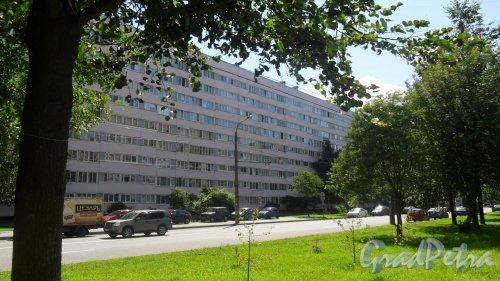 Улица Композиторов, дом 29, корпус 1. 9-этажный жилой дом серии 1-ЛГ600А «Корабль» 1978 года постройки. Фото 25 июля 2015 года.