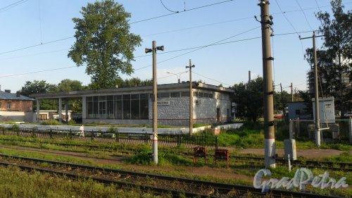 Улица Политехническая, дом 1, корпус 5. Билетные кассы и зал ожидания железнодорожной станции «Кушелевка». Фото 12 августа 2015 года.