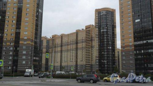 Улица Михаила Дудина, дом 25, корпус 2. 25-этажный жилой дом 2011 года постройки. 6 парадных. 1391 квартира. В здании расположены: салон красоты «Ваниль», 697-99-99, косметология, массажный, маникюрный, педикюрный кабинеты. Ежедневно с 9.00 до 22.00. Медицинский центр «Парнас», 621-20-72. Врачи: гинеколог, уролог, эндокринолог, терапевт, кардиолог, рефлексотерапевт, психотерапевт, мануальный терапевт, остеопат, психолог. Вид дома с улицы Михаила Дудина. Фото 5 октября 2015 года.