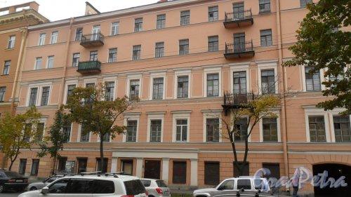 Улица Союза Печатников, дом 8. 5-этажный жилой дом 1855 года постройки. Капитальный ремонт 1964 года. 5 парадных. 29 квартир. Архитектор Цим И. И. В здании расположены: - кофейня