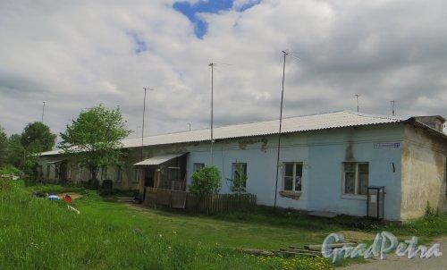Ленинградская область, Всеволожский район, деревня Васкелово. Автоколонная улица, дом 31. ОБщий вид жилого дома. Фото 2 июня 2015 года.