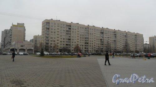 Долгоозерная улица, дом 11, корп. 1. 10-этажный жилой дом 606 серии 1987 года постройки. 7 парадных. 272 квартиры. Фото 6 ноября 2015 года.