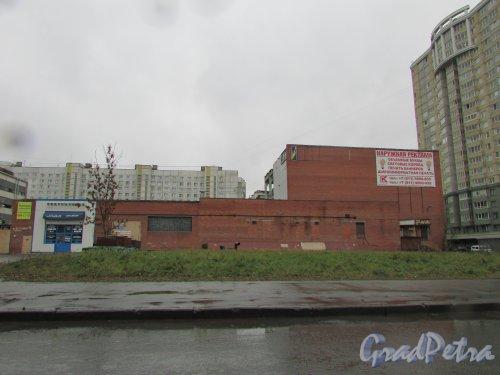 Улица Костюшко, дом 19, литера А. Общий вид здания со стороны улицы Костюшко. Фото 14 ноября 2015 года.