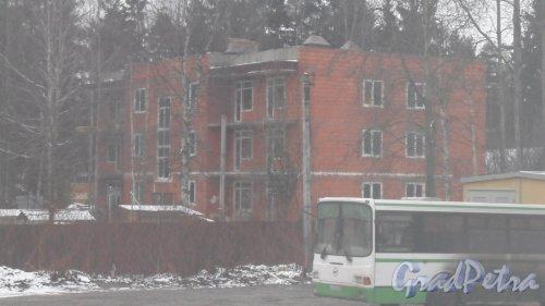 Всеволожск. Улица Константиновская, дом 15. Вид дома с железнодорожной платформы станции Всеволожская. Фото 30 ноября 2015 года.