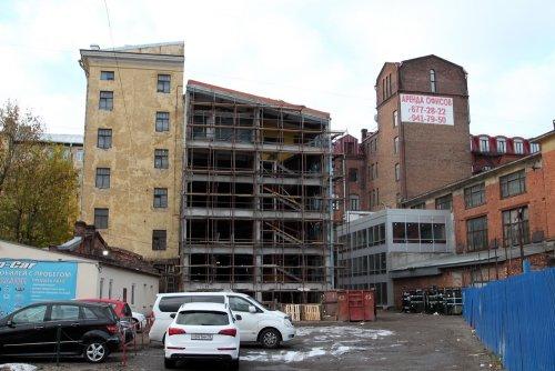 Разбор брандмауэра одного из зданий чулочно-трикотажной фабрики «В. П. Керстен». Фото октябрь 2015 года