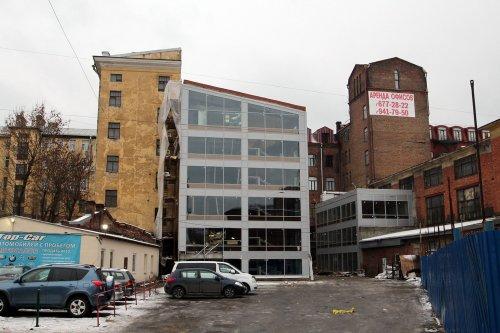 Незаконно остеклённый  брандмауэр одного из зданий чулочно-трикотажной фабрики «В. П. Керстен». Фото ноябрь 2015 года