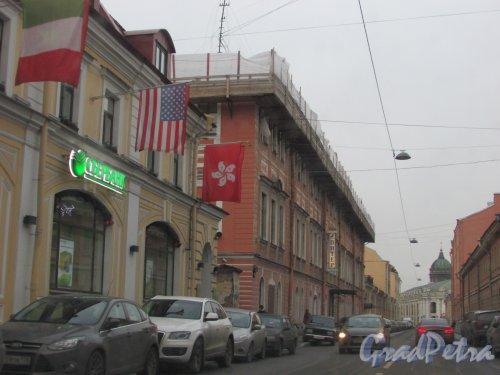 Улица Ломоносова, дом 3 (левая часть). Ремонт крыши здания (надстройка мансарды?). Фото 3 декабря 2015 года.