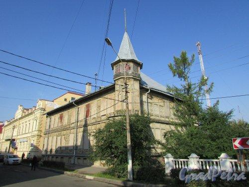город Ломоносов, улица Ломоносова, дом 13 / Еленинская улица, дом 26. Общий вид угловой части здания. Фото 18 сентября 2015 года.