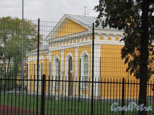город Ломоносов, Манежная улица, дом 3, литера А. Фасад со стороны стадиона. Фото 19 сентября 2015 года.