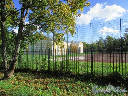 город Ломоносов, Манежная улица, дом 3, литера А. Вид на Манеж и стадион со стороны Иликовского проспекта. Фото 19 сентября 2015 года.