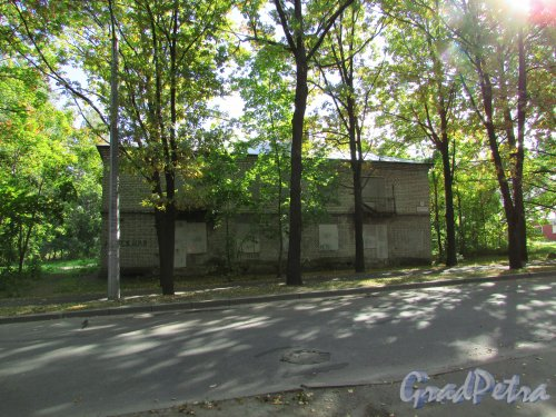 город Ломоносов, Манежная улица, дом 4а, литера А. Общий вид здания. Фото 20 сентября 2015 года.