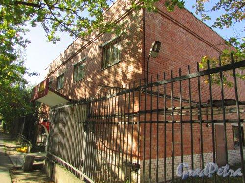 город Ломоносов, Манежная улица, дом 5, литера Б. Общий вид здания. Фото 20 сентября 2015 года.