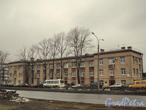 улица Салова, дом 61, литера А. Общий вид административного здания Грузового автотранспортного предприятия № 1 на углу Бухаресткой улицы и улицы Салова. Фото 6 апреля 2011 года.