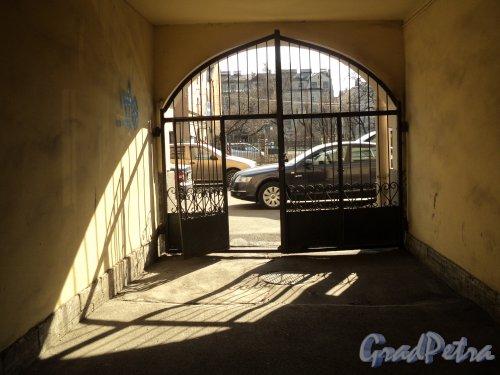 Плуталова улица, дом 2. Ворота в арке. Фото 25 апреля 2011 года.