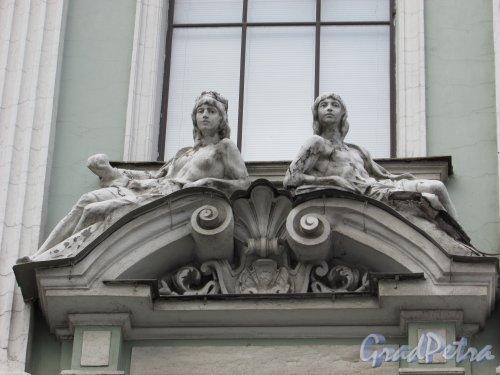 Фурштатская ул., дом 2. Женские фигуры в оформление правого эркера. Фото 29 января 2016 года.