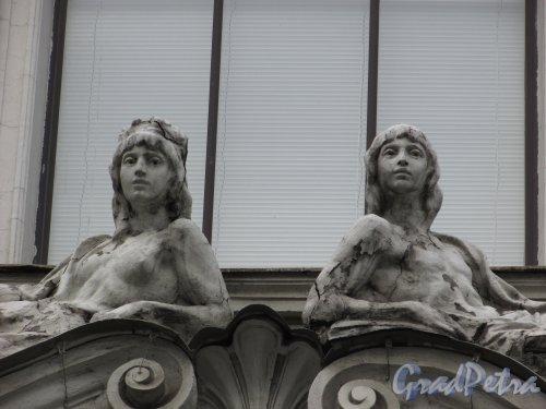 Фурштатская ул., дом 2. Оригинальные женские фигуры в оформление правого эркера. Фото 29 января 2016 года.