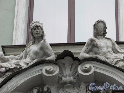 Фурштатская ул., дом 2. Женские фигуры в оформление левого эркера. Фото 29 января 2016 года.