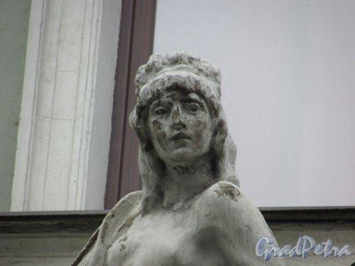 Фурштатская ул., дом 2. Лицо женщины в оформление левого эркера. Фото 29 января 2016 года.