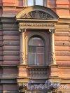 Улица Чайковского, дом 77, литера А. Оформление окна третьего этажа. 15 апреля 2016 года.
