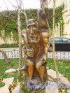 улица Жуковского, дом 4. Деревянная скульптура «Старик с вороном» на детсклй площадке. Фото 21 октября 2016 года.