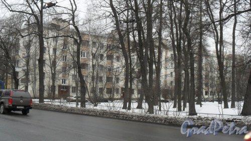 Новороссийская улица, дом 46, литер Щ. 5-этажный жилой дом 1962 года постройки индивидуального проекта. Со 2 по 5 этаж у дома есть эркеры, что внешне напоминает дома серии 1-528кп10. 5 парадных, 100 квартир. Фото 19 февраля 2016 года.
