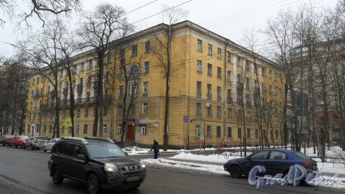 Новороссийская улица, дом 26. Общежитие Лесотехнической Академии. 5-этажное здание в стиле сталинского неоклассицизма 1956 года постройки. Фото 19 февраля 2016 года.